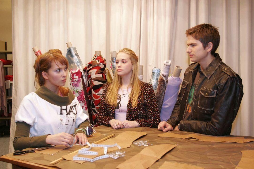 Als Kim (Lara-Isabelle Rentinck, M.) Hannah (Laura Osswald, l.) helfen will, das Chaos, was sie angerichtet hat zu beheben, bekommt sie von Hannah u... - Bildquelle: Noreen Flynn SAT.1 / Noreen Flynn