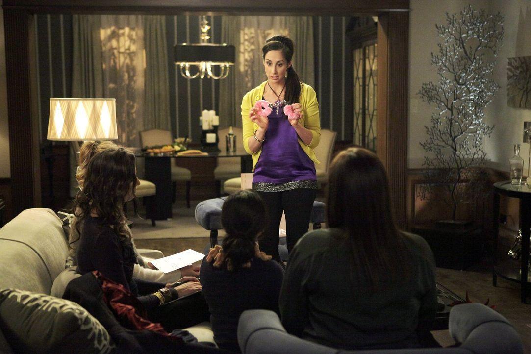 Während Kimmie eine schwierige Entscheidung treffen muss, erklärt Dede (Liza Carey, hinten) Helen-Alice (Liza Lapira, 2.v.r.) und Marika (Lauren Ash... - Bildquelle: Warner Brothers