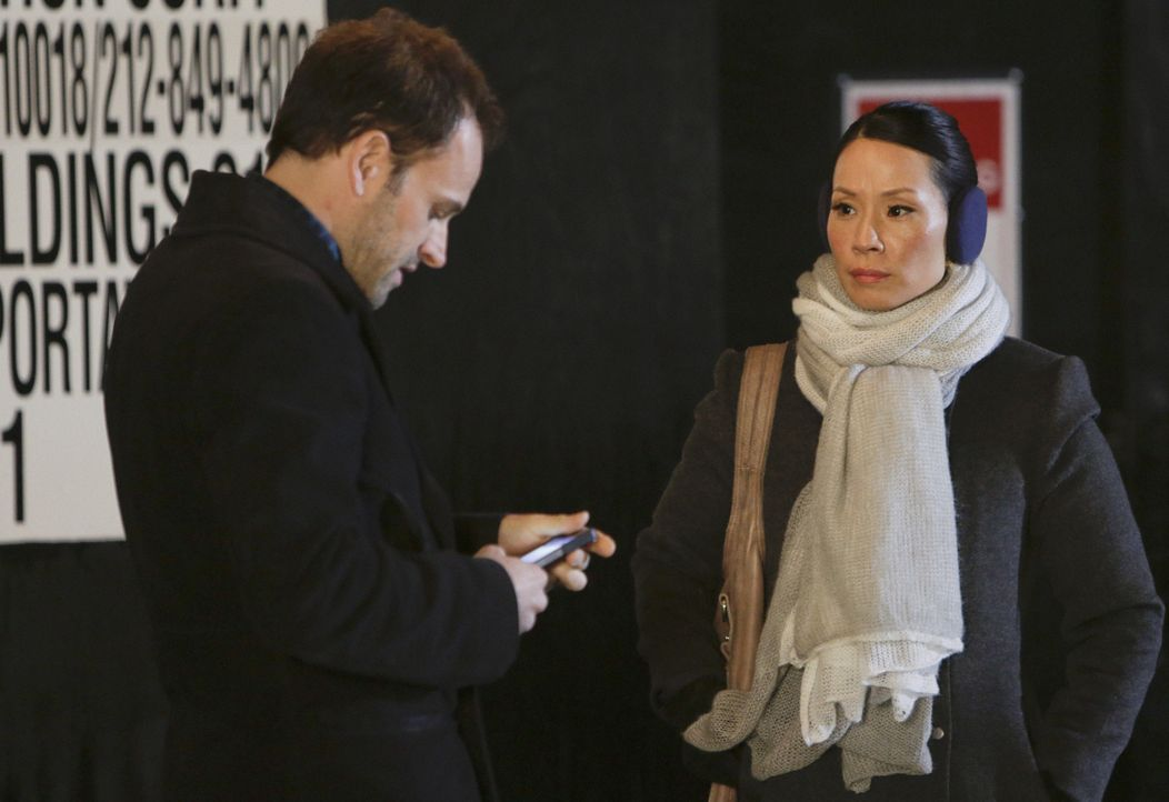 Lösen Kriminalfälle auf höchst eigenwillige Weise: Sherlock Holmes (Jonny Lee Miller, l.) und Joan Watson (Lucy Liu, r.) ... - Bildquelle: CBS Television