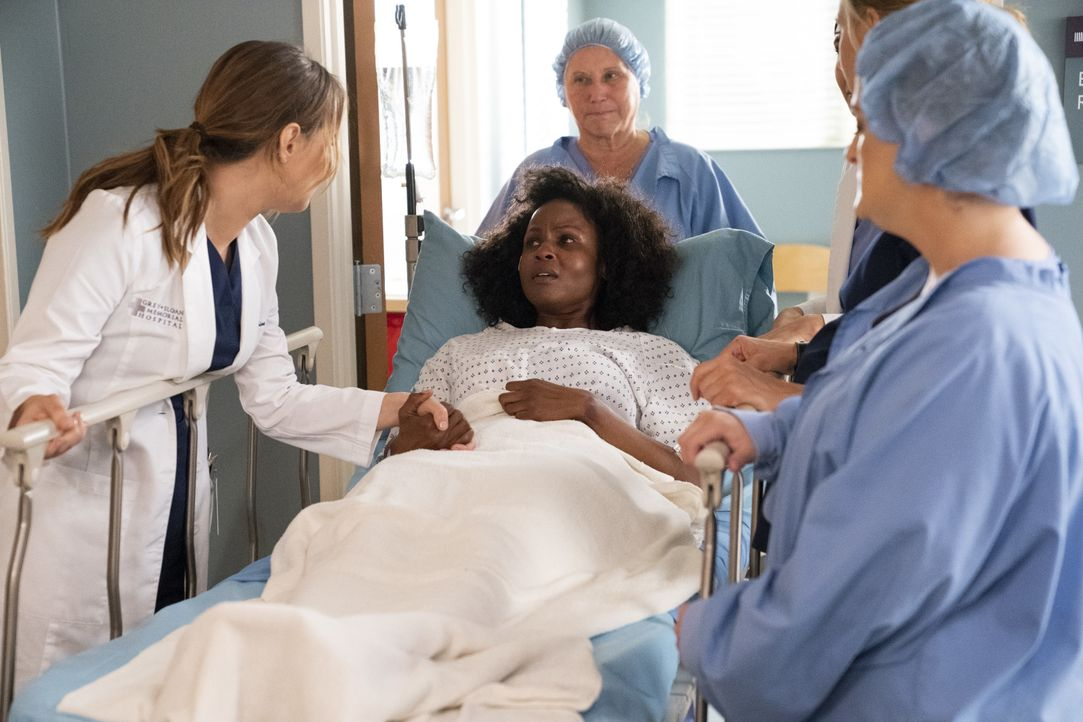 Dr. Joe Karev (Camilla Luddington, l.); Abby (Khalilah Joi, M.) - Bildquelle: Mitch Haaseth ABC Studios / Mitch Haaseth