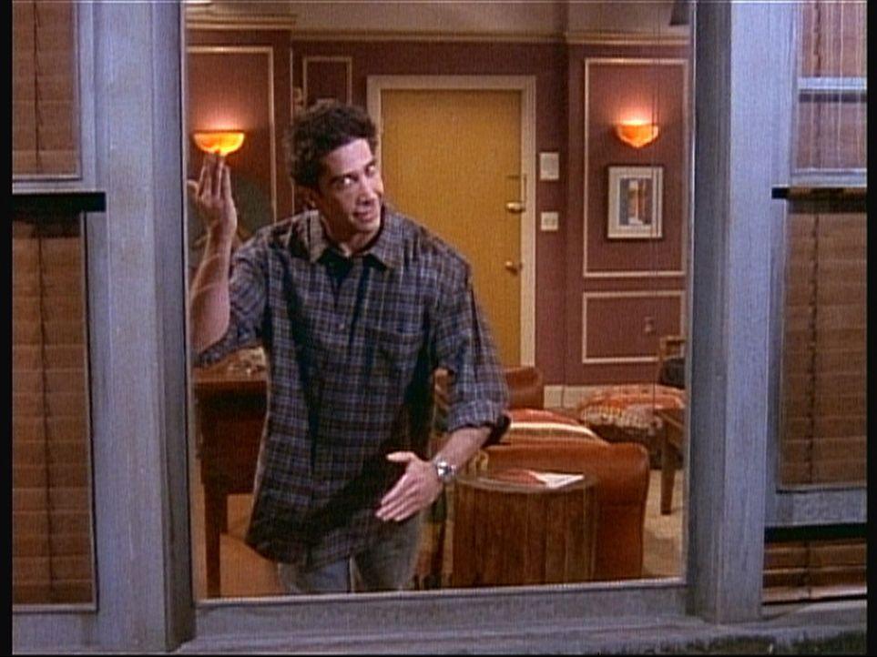 Nichtsahnend bietet Ross (David Schwimmer) seinen Freunden eine Privatvorstellung - am Fenster seiner neuen Wohnung ... - Bildquelle: TM+  2000 WARNER BROS.