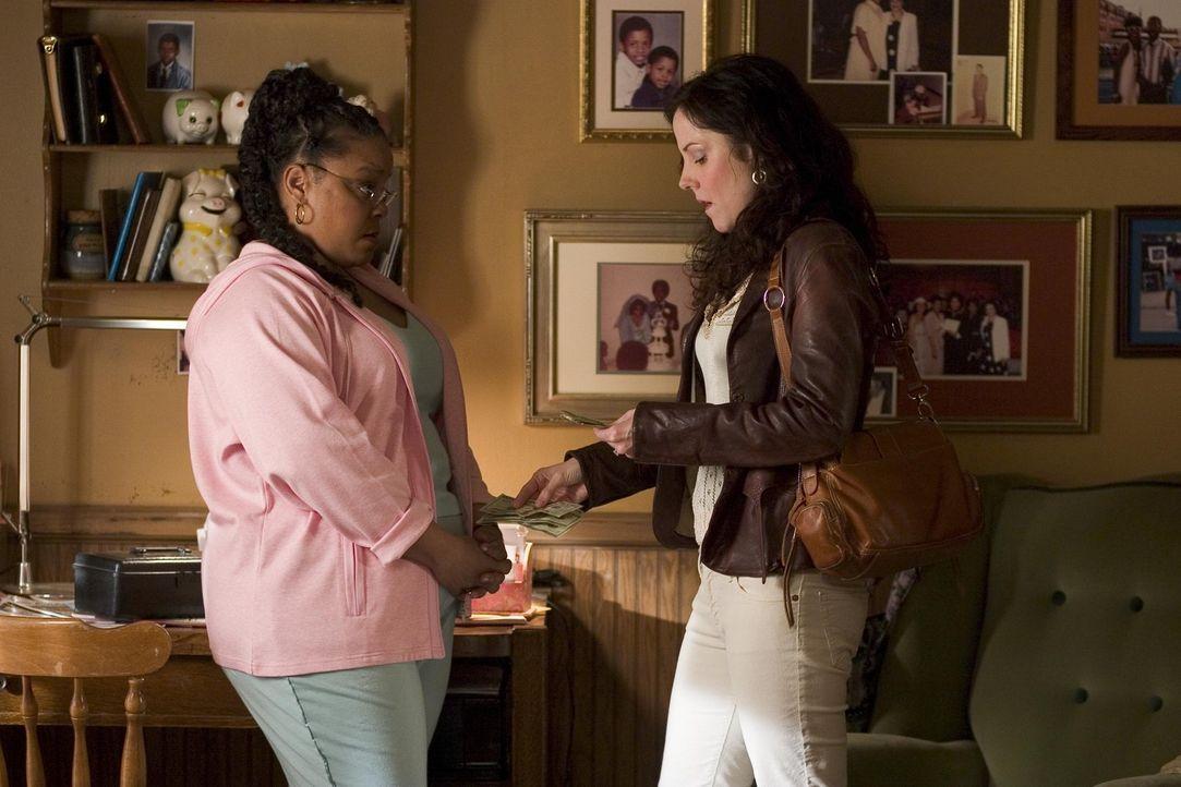 Nancy (Mary-Louise Parker, r.) ist bei Heylia (Tonye Patano, l.), um wieder Nachschub einzukaufen. Da sie kein Geld hat, muss sie ihr Auto als Pfand... - Bildquelle: Lions Gate Televison