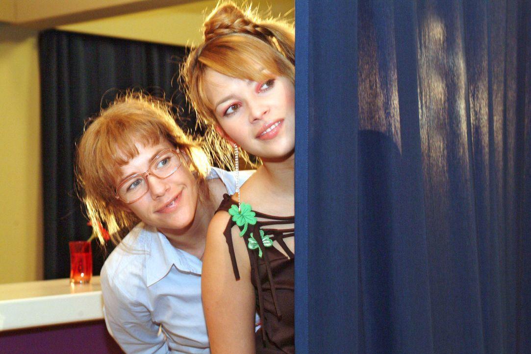 Lisa (Alexandra Neldel, l.) und Hannah (Laura Osswald, r.) beobachten gespannt Agnes' Gespräch mit Sabrina: Tappt diese in die inszenierte Falle - u... - Bildquelle: Monika Schürle SAT.1 / Monika Schürle