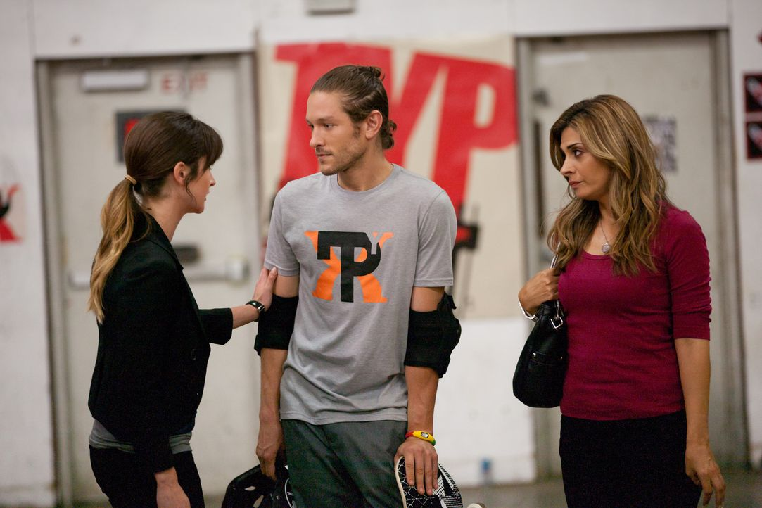 Zoey (Michelle Mulitz, l.) macht sich Sorgen um ihren Ehemann Tyler (Michael Graziadei, M.) und hofft auf Hilfe von Dani (Callie Thorne, r.) ... - Bildquelle: 2011 Sony Pictures Television Inc. and Universal Network Television LLC.  All Rights Reserved.