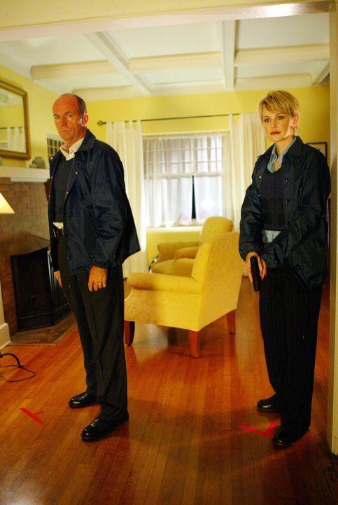 Sind auf alles gefasst: Lt. John Stillman (John Finn, l.) und Det. Lilly Rush (Kathryn Morris, r.) - Bildquelle: Warner Bros. Television