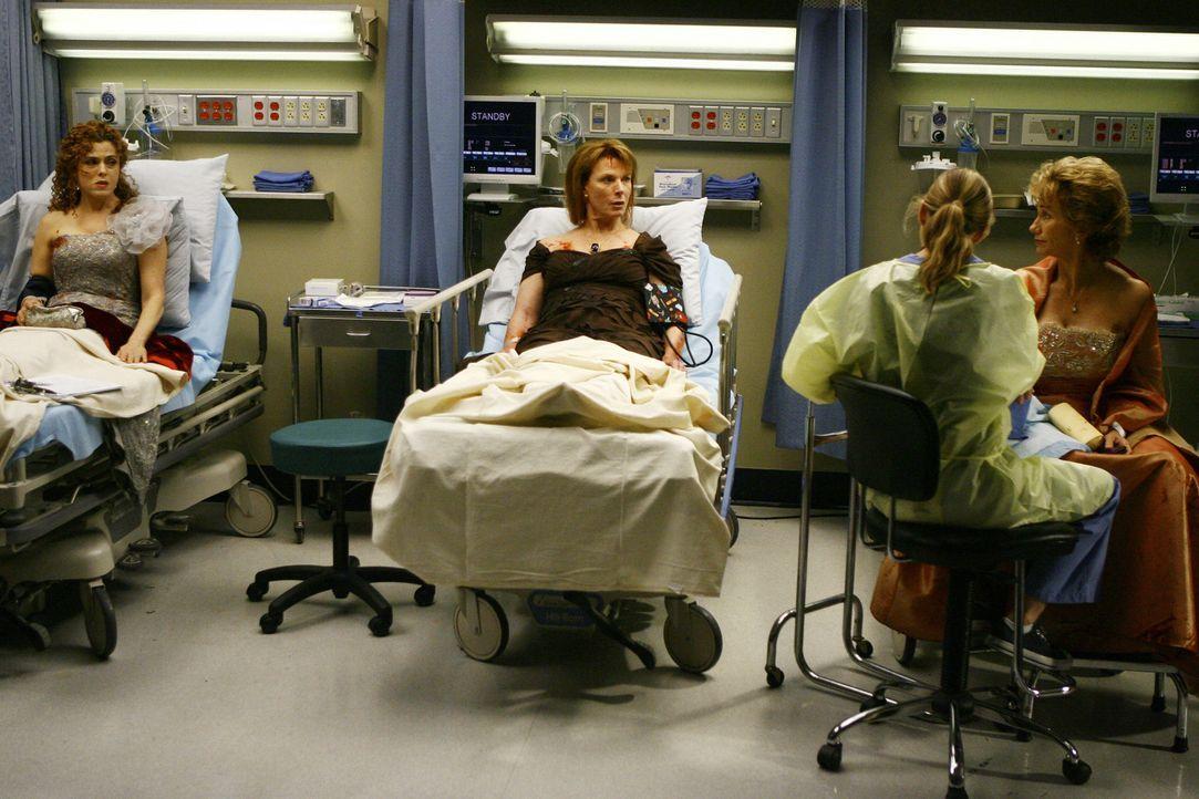 Während Meredith (Ellen Pompeo, 2.v.r.) die Damen behandelt, entsteht zwischen Anna (Kathy Baker, r.) und Sarabeth (Bernadette Peters, l.) ein Strei... - Bildquelle: Touchstone Television