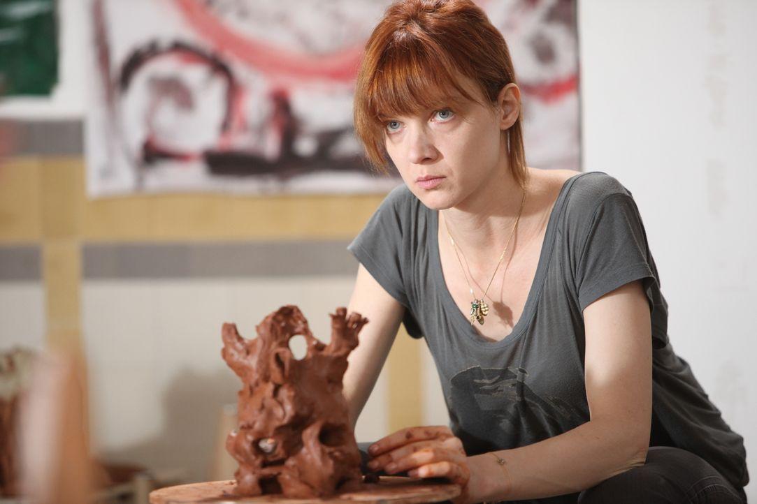 Obwohl Chloé (Odile Vuillemin) immer noch mit dem Verlust ihres Babys zu kämpfen hat, muss sie bereits an einen neuen Fall arbeiten ... - Bildquelle: Xavier Cantat 2011 BEAUBOURG AUDIOVISUEL