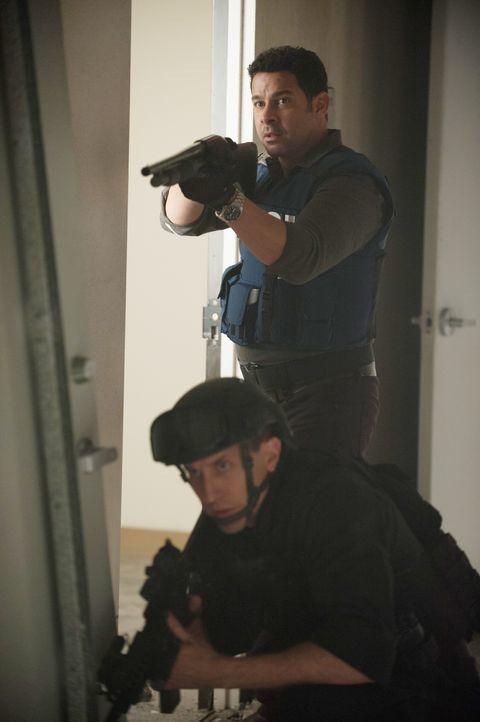 Als die gefesselte Frau vor versammelter Einsatztruppe erschossen wird, merkt Esposito (Jon Huertas, stehend), dass sie in eine Falle getappt sind ... - Bildquelle: Colleen Hayes ABC Studios / Colleen Hayes
