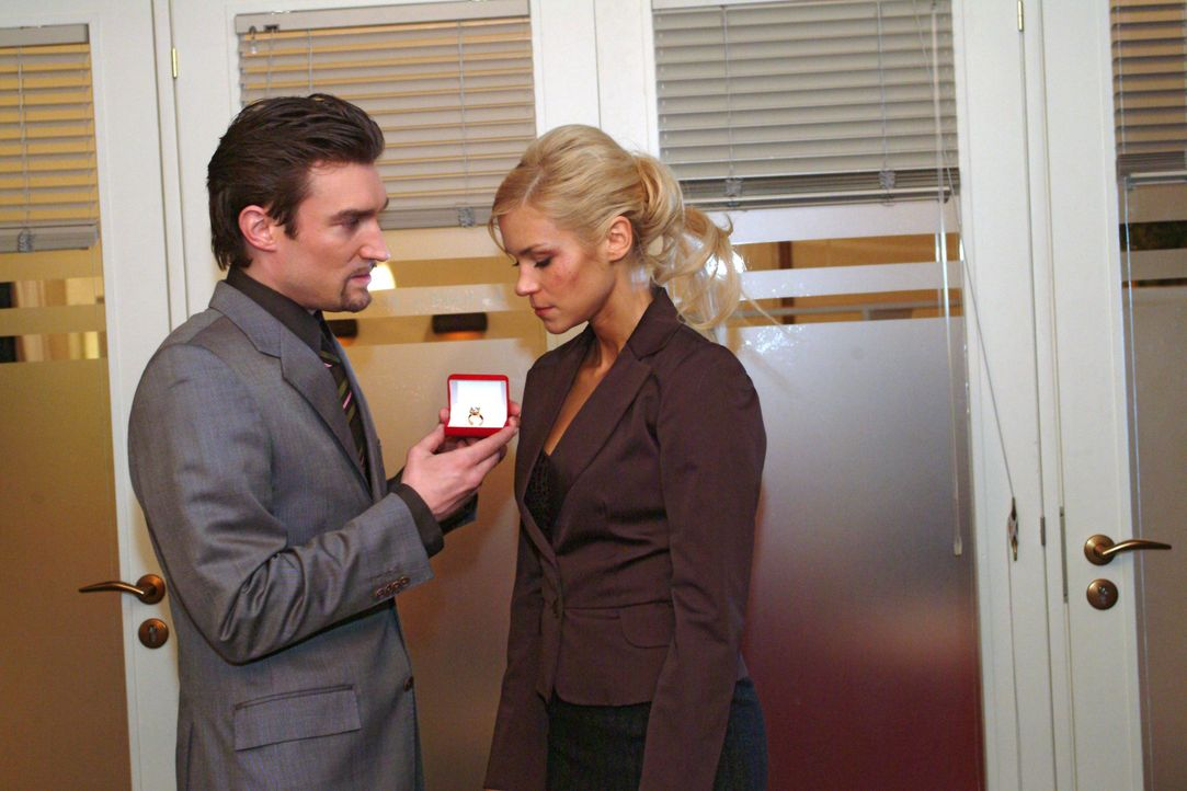 Richard (Karim Köster, l.) schlägt gegenüber Sabrina (Nina-Friederike Gnädig, r.) einen sanfteren Ton an ... - Bildquelle: Monika Schürle SAT.1 / Monika Schürle