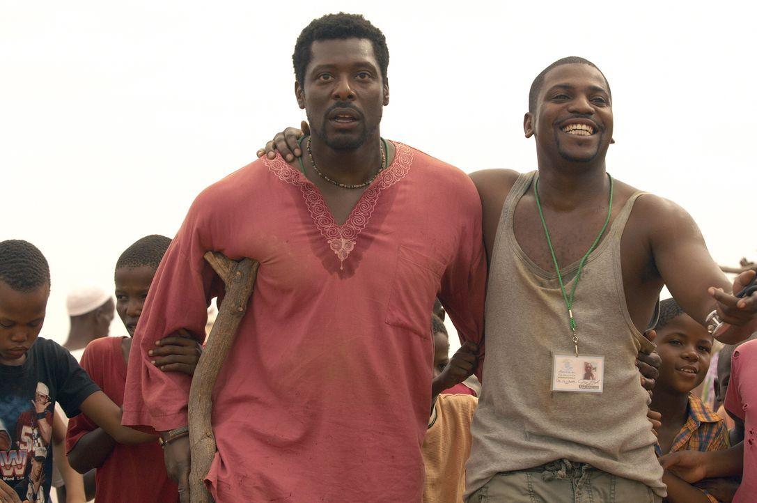 Pratt (Mekhi Phifer, r.) hat sich dazu entschlossen in Dafur zu helfen. Dr. Dakarai (Eamonn Walker, l.) zeigt ihm das Lager ... - Bildquelle: Warner Bros. Television