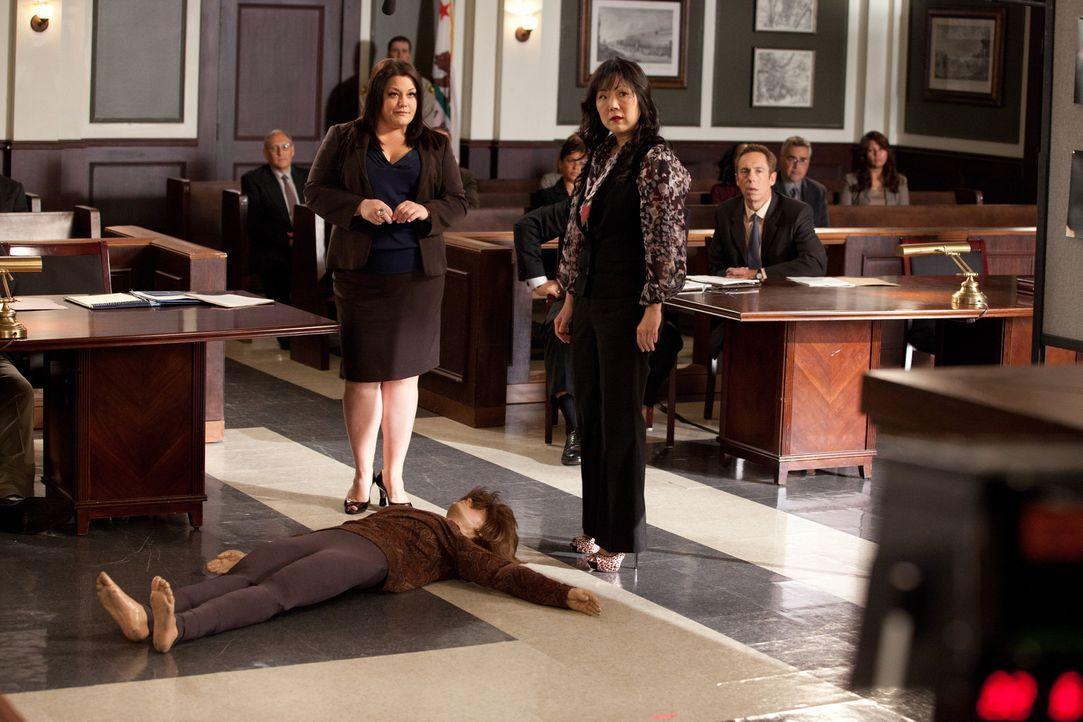 Jane (Brooke Elliott, l.) und Teri (Margaret Cho, r.) müssen etwas tiefer in der Trickkiste kramen, um die Geschworenen zu überzeugen ... - Bildquelle: 2011 Sony Pictures Television Inc. All Rights Reserved.