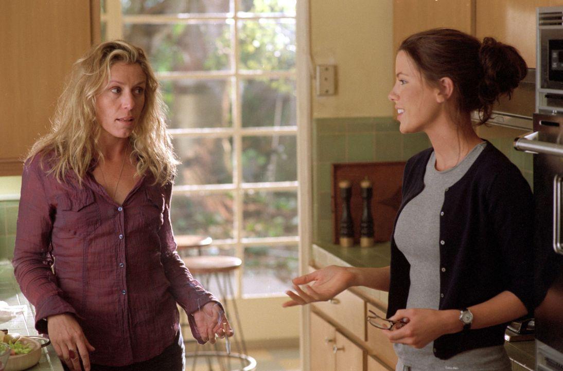 Anfangs findet die konservative Alex (Kate Beckinsale, r.) den lockeren Lebensstil ihrer Schwiegermutter Jane (Frances McDormand, l.) gewöhnungsbed... - Bildquelle: Sony Pictures Television International. All Rights Reserved.