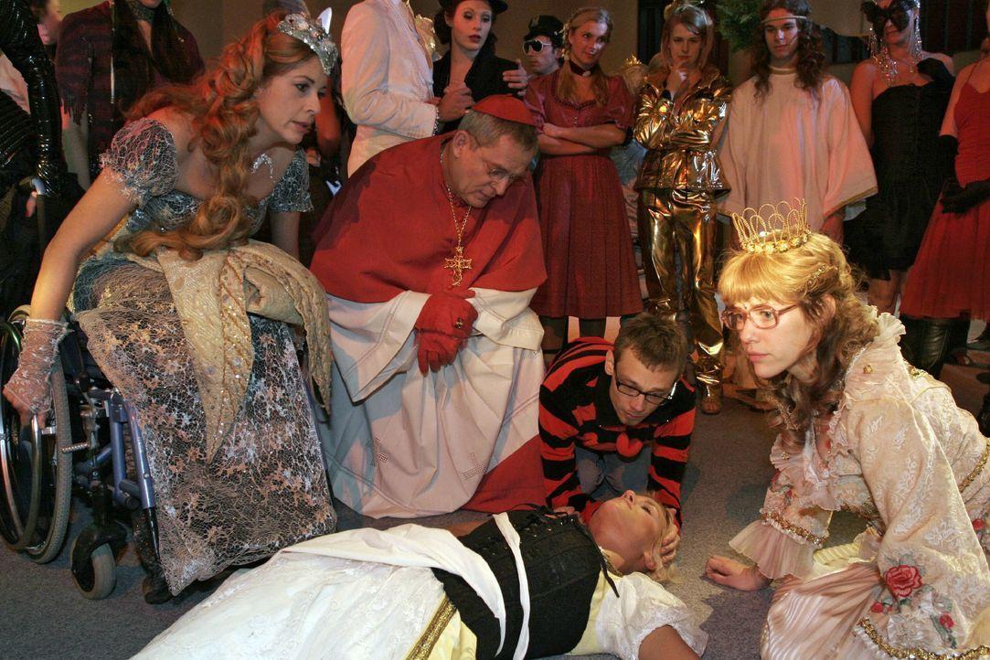 Schockiert über Richards Untat versuchen die Gäste des Kostümballs der am Boden liegenden Sabrina zu helfen ... vorne v.l.n.r.: Laura (Olivia Pascal... - Bildquelle: Noreen Flynn SAT.1 / Noreen Flynn
