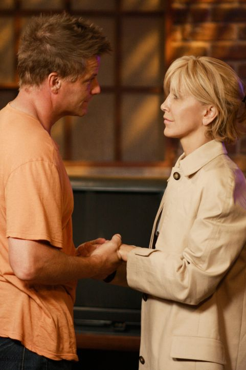 Während sich zwischen Lynette (Felicity Huffman, r.) und Tom (Doug Savant, l.) alles wieder einrenkt, versucht Susan, Jackson mit einer Überraschung... - Bildquelle: ABC Studios