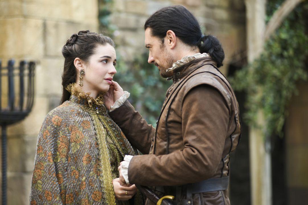 Königin Mary (Adelaide Kane, l.) ist frisch verheiratet, kann aber ihren Beschützer Lord Bothwell (Adam Croasdell, r.) einfach nicht vergessen ... - Bildquelle: John Medland John Medland/The CW -   2017 The CW Network, LLC. All Rights Reserved.