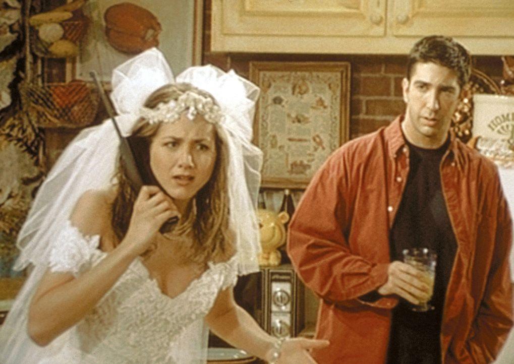 Rachel (Jennifer Aniston, l.), die kurz vor ihrer Hochzeit getürmt ist, versucht ihrem Vater vergebens alles zu erklären. Ross (David Schwimmer, r... - Bildquelle: TM+  2000 WARNER BROS.