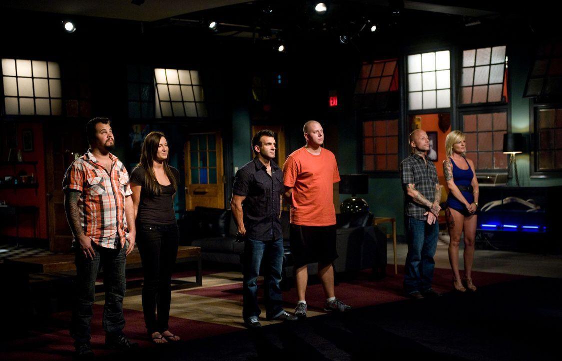 """Noch eine Aufgabe wartet auf James Vaughn (l.), Shane O'Neill (3.v.l.) und Tommy Helm (2.v.r.). Danach wird sich entscheiden, wer der erste """"Ink Mas... - Bildquelle: Fernando Leon Spike TV"""
