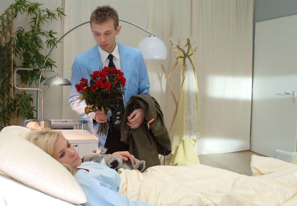 Jürgen (Oliver Bokern, r.) versucht Sabrina (Nina-Friederike Gnädig, l.) zu überreden, zu ihm zu ziehen. - Bildquelle: Monika Schürle SAT.1 / Monika Schürle