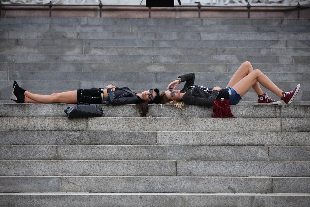 Während Eleanor (Alexandra Park, l.) mit Mandy (Sarah Dumont, r.), ihrer neuen Freundin, abhängt, geht der Kampf um den Thron im Palast weiter ... - Bildquelle: 2015 E! Entertainment Media LLC/Lions Gate Television Inc.