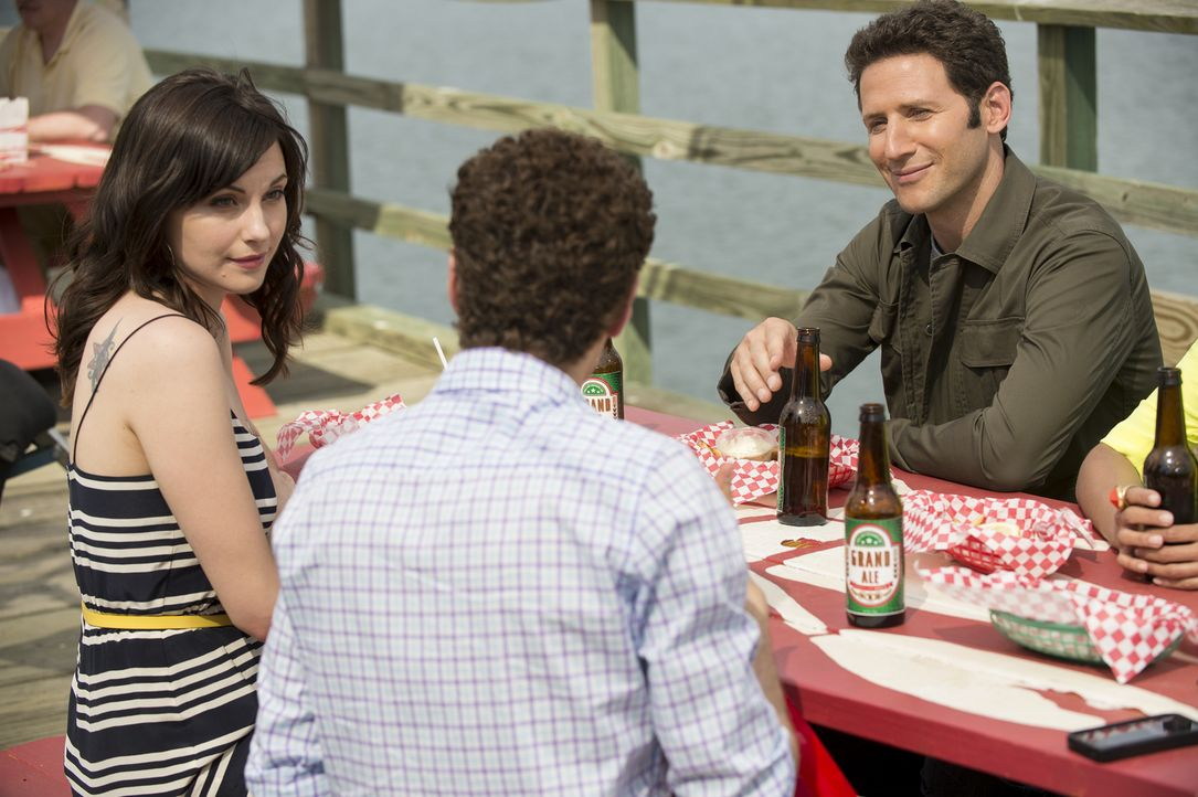 (v.l.n.r.) Jill Casey (Jill Flint); Evan Lawson (Paulo Costanzo); Hank Lawson (Mark Feuerstein) - Bildquelle: David Giesbrecht 2012 USA Network Media, LLC/David Giesbrecht
