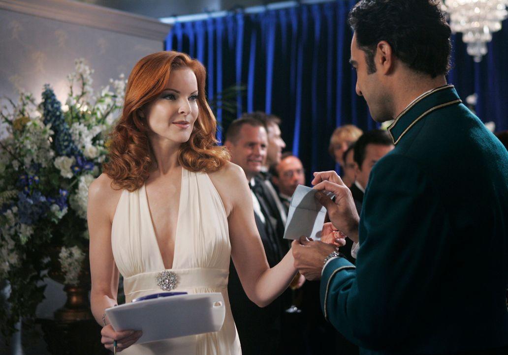 Während Bree (Marcia Cross, l.) an einem Wohltätigkeitsempfang in einem Hotel teilnimmt, mietet sich George in einem der Hotelzimmer ein und bittet... - Bildquelle: 2005 Touchstone Television  All Rights Reserved