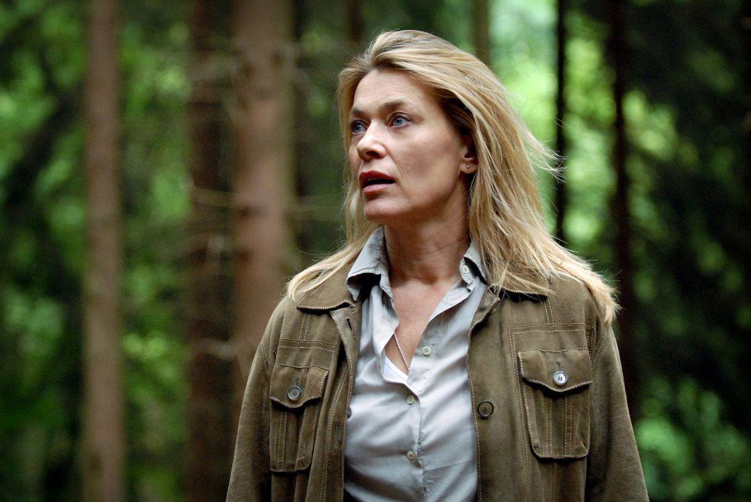 Panisch sucht Christiane (Barbara Rudnik) im Wald nach ihrem Hund Timmy. - Bildquelle: Sat.1
