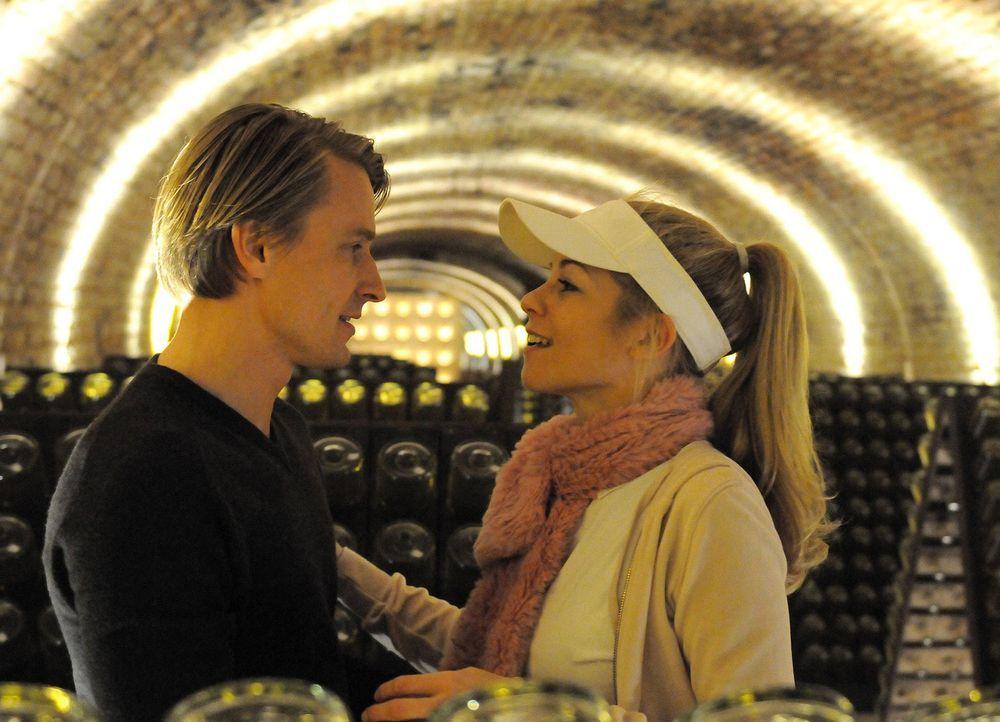 Lisas Schwester Magda (Hilde Dalik, r.) und Georg (Max von Pufendorf, l.) treffen sich regelmäßig im Sektkeller. Doch wird ihn das zu seiner lang er... - Bildquelle: Hubert Mican SAT.1