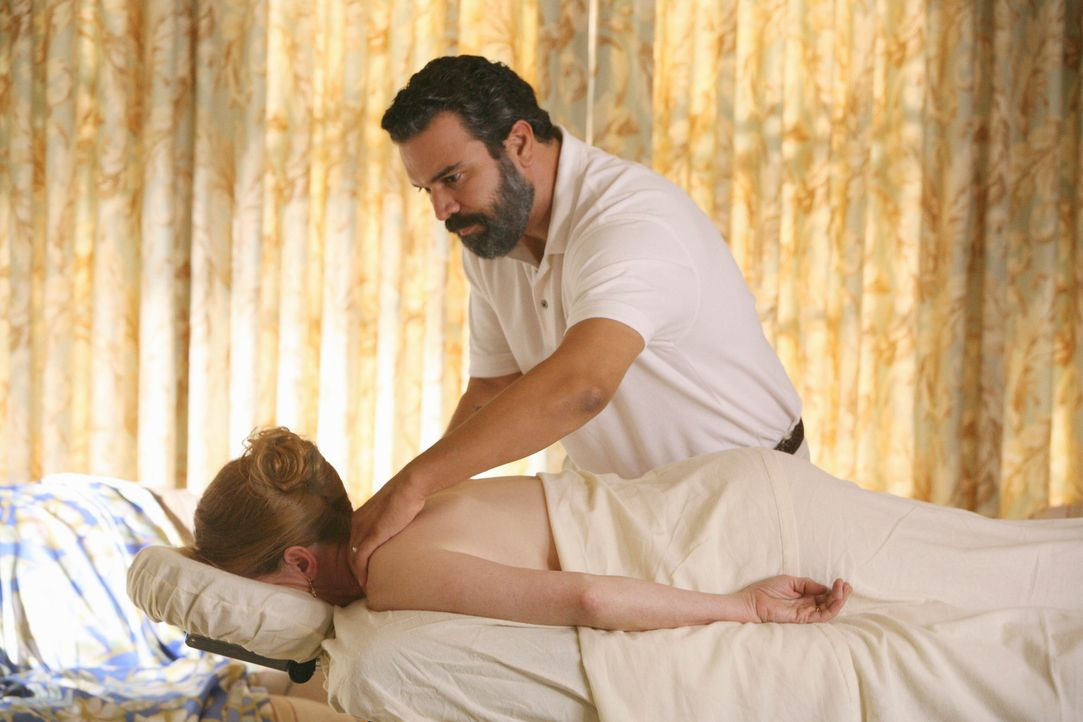 Eine Patientin, Virginia Hildebrand (Frances Conroy, l.), macht Carlos (Ricardo Antonio Chavira, r.) ein besonderes Jobangebot. Er soll sie für zwei... - Bildquelle: ABC Studios