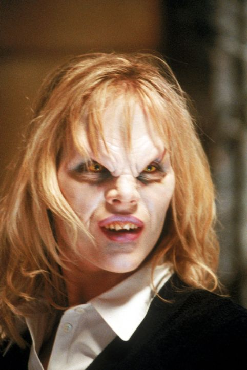 Der Vampir Darla (Julie Benz) hat offensichtlich zwei Gesichter. - Bildquelle: (1997) Twentieth Century Fox Film Corporation.