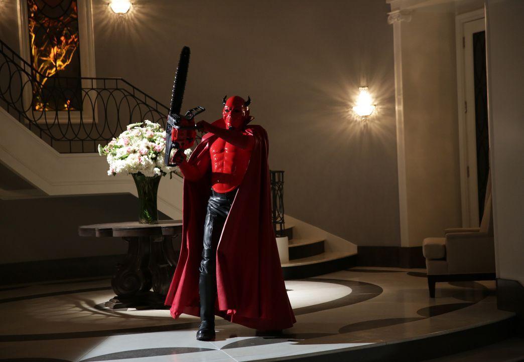 Dekanin Munsch entschließt sich dazu, das Maskottchen der Uni zu ändern, damit die Jagd nach dem mörderischen Teufel (Riley Schmidt) einfacher wird... - Bildquelle: Patti Perret 2015 Fox and its related entities.  All rights reserved.