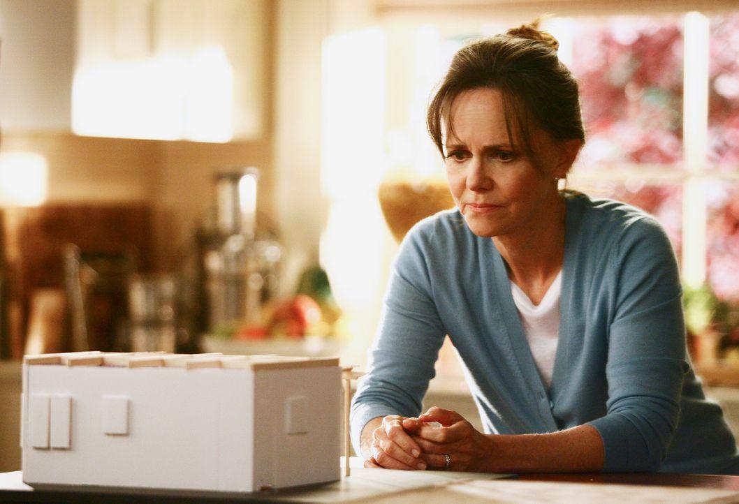Macht sich Sorgen darüber, was ihre Kinder dazu sagen, dass sie ein Date mit David hat: Nora (Sally Field) ... - Bildquelle: Disney - ABC International Television
