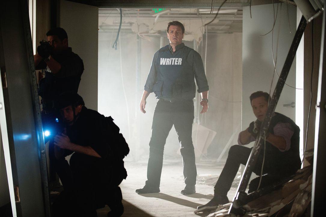Während sie versuchen, der vor ihnen gefesselten Frau das Leben zu retten, können Castle (Nathan Fillion, 2.v.r.) und Kevin (Seamus Dever, r.) ihren... - Bildquelle: Colleen Hayes ABC Studios