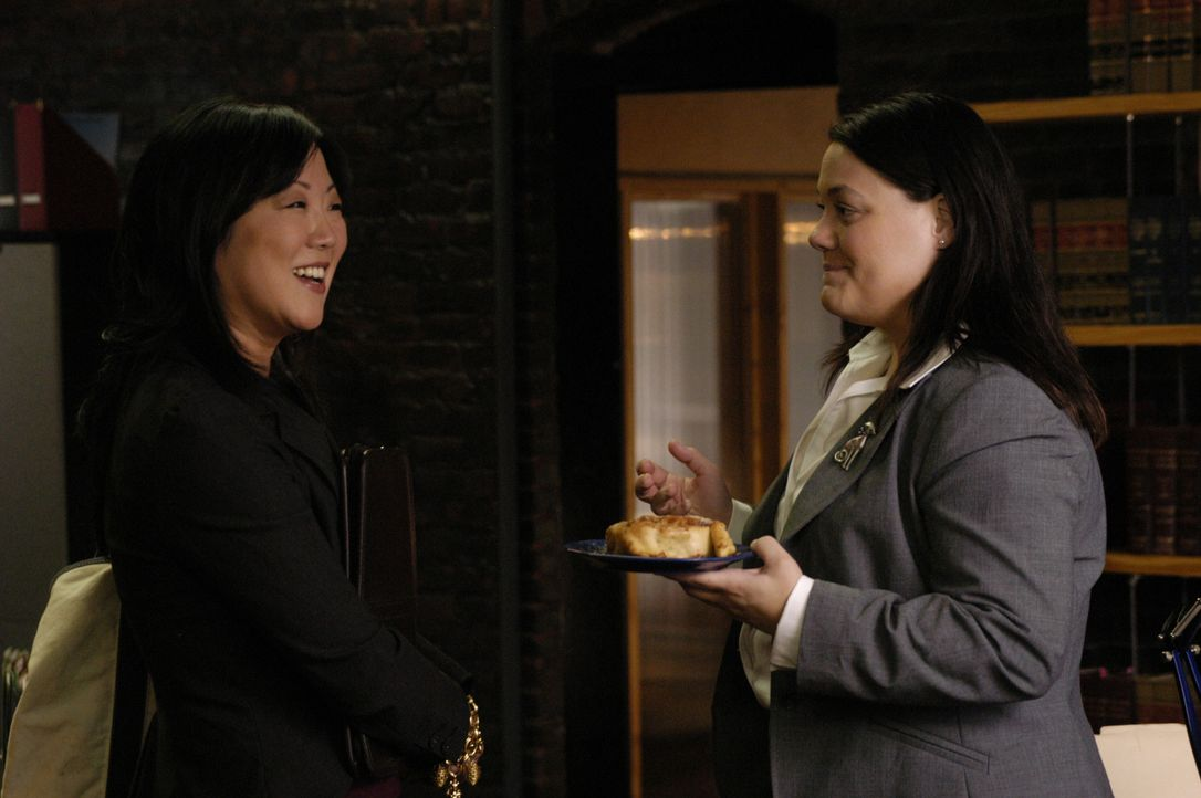 Noch ist alles beim alten, doch schon bald wird sich das Leben von einigen Menschen verändern: Jane (Brooke Elliott, r.) und Teri (Margaret Cho, l.... - Bildquelle: 2009 Sony Pictures Television Inc. All Rights Reserved.