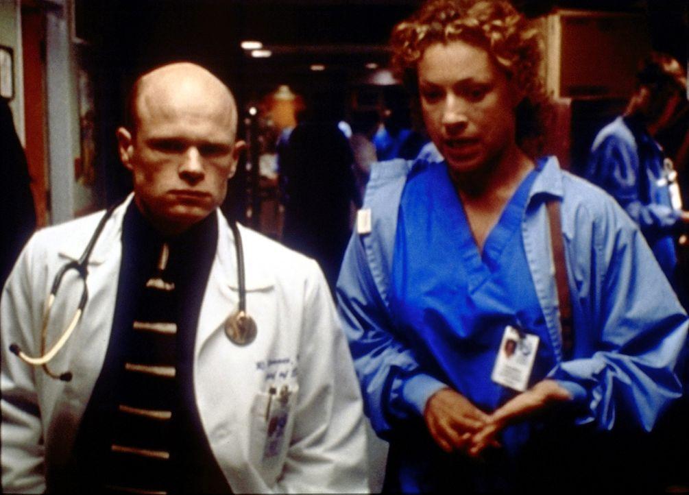 Corday (Alex Kingston, r.) macht ihrem Chef Romano (Paul McCrane, l.) klar, dass sie nicht gewillt ist, seinen Anweisungen bedingungslos zu folgen. - Bildquelle: TM+  2000 WARNER BROS.