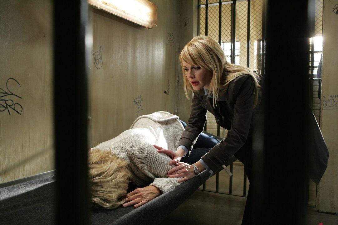 Lilly (Kathryn Morris, r.) ist besorgt um ihre Mutter Ellen (Meredith Baxter, l.) ... - Bildquelle: Warner Bros. Television