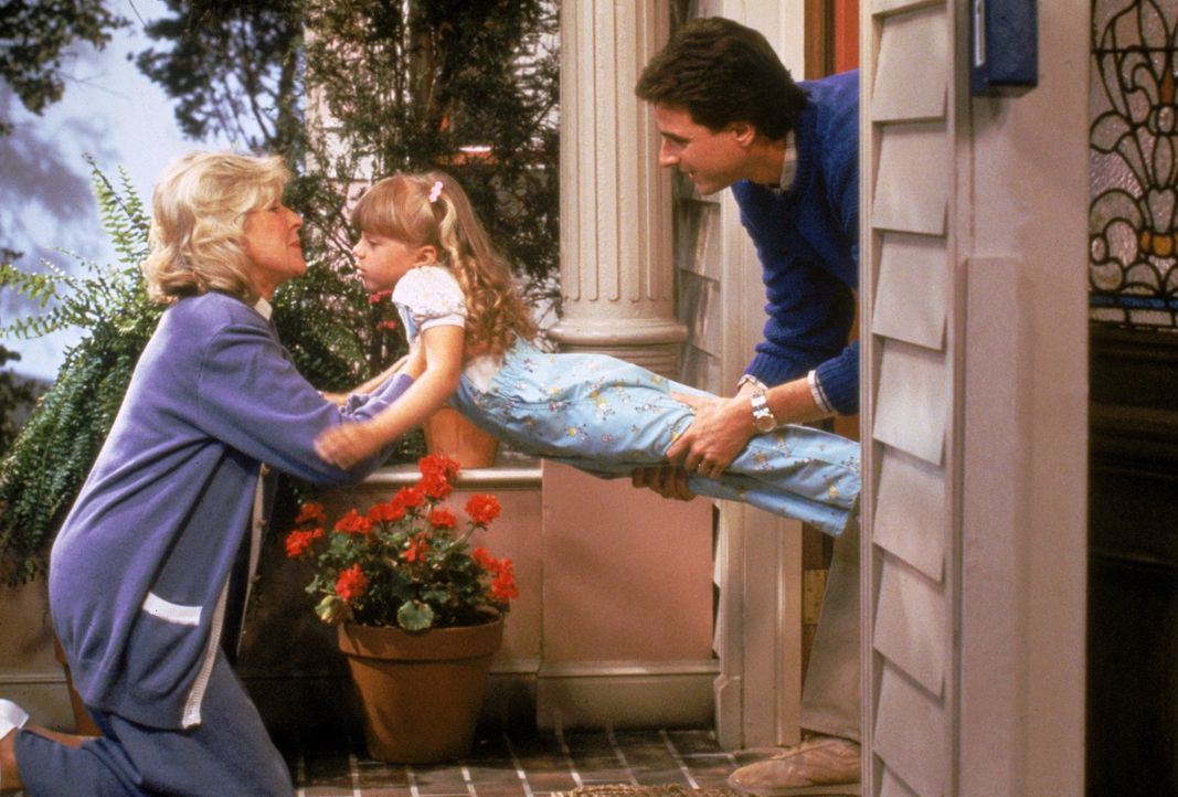 Nach dem Tod seiner Frau versuchen Danny (Bob Saget, r.) und auch Großmutter Claire (Alice Hirson, l.), der kleinen Stephanie (Jodie Sweetin, M.) un... - Bildquelle: Warner Brothers Inc.