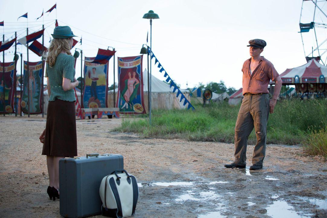 Als die hübsche Maggie (Emma Roberts, l.) im Camp auftaucht, ist Jimmy (Evan Peters, r.) sofort begeistert von der angeblichen Wahrsagerin ... - Bildquelle: 2014-2015 Fox and its related entities. All rights reserved.