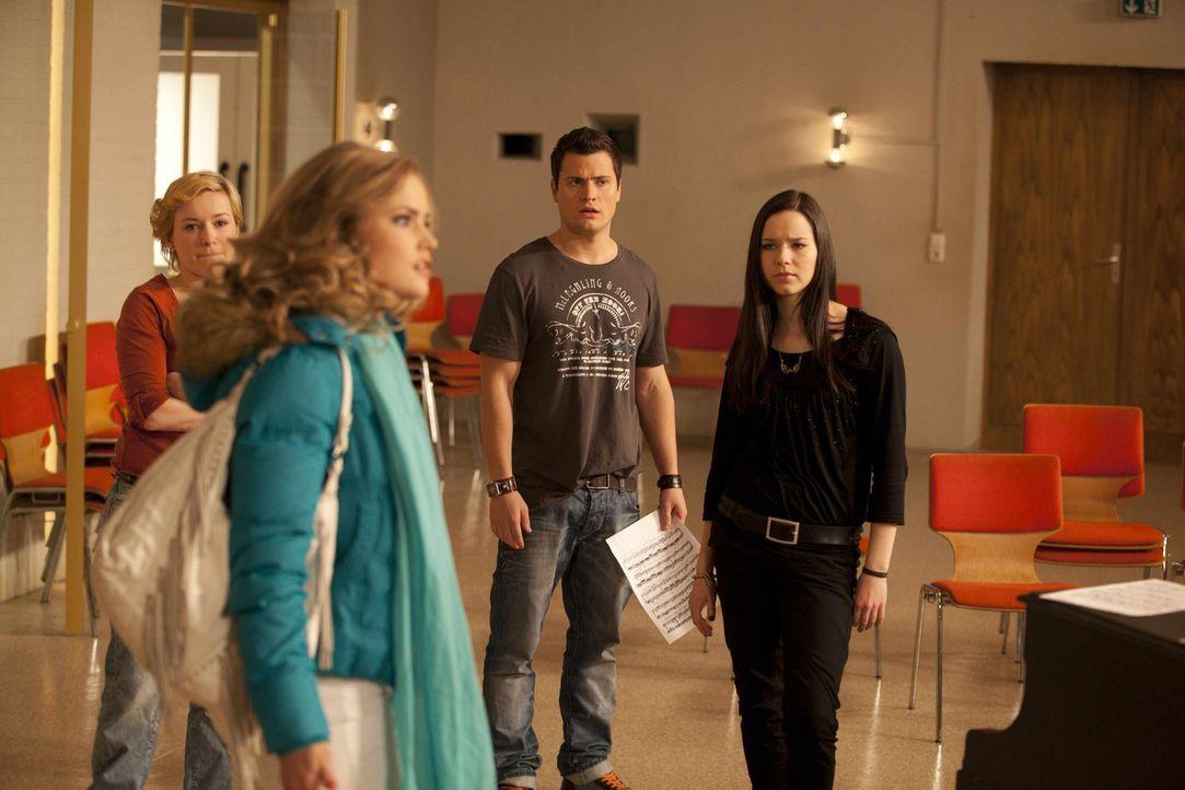 Caro (Sonja Bertram, vorne) hatte auf die Nachricht, dass sie von Stefan schwanger ist, eine andere Reaktion von ihm erwartet. Er macht ihr klar, da... - Bildquelle: SAT.1