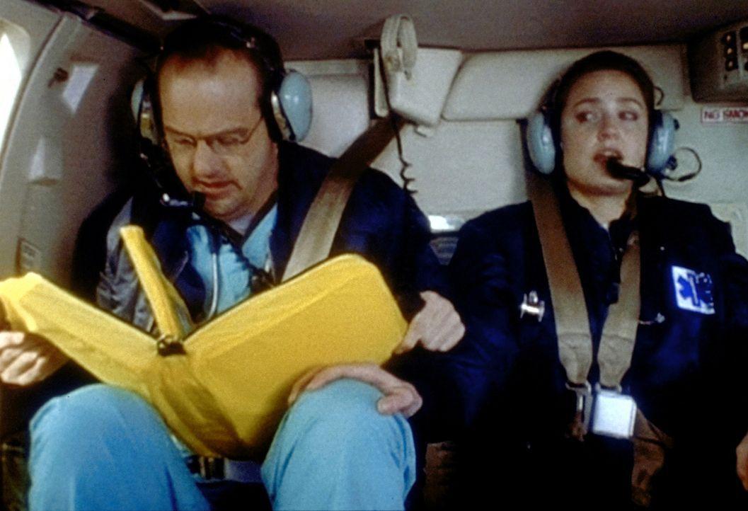 Lewis (Sherry Stringfield, r.) absolviert wegen eines schweren Verkehrsunfalls ihren ersten Hubschraubereinsatz - und das bei ihrer Flugangst. Green... - Bildquelle: TM+  WARNER BROS.