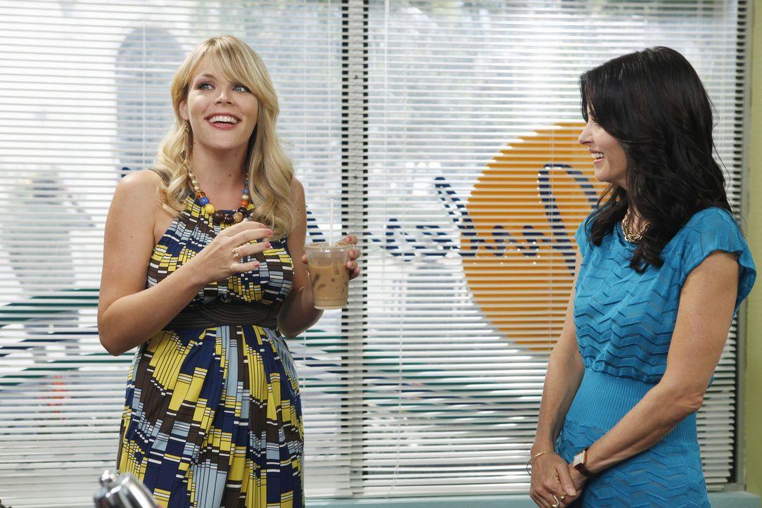 Während Bobby mit einem Flohmarkt versucht, an Geld zu kommen, erhofft sich Jules (Courteney Cox, r.) Unterstützung von ihrer Freundin Laurie (Bus... - Bildquelle: 2009 ABC INC.