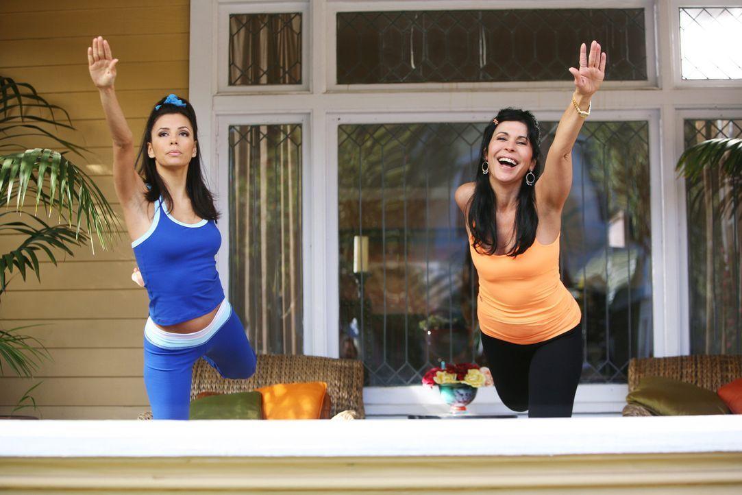 Gabrielle (Eva Longoria, l.) ist nicht sehr begeistert über den Besuch ihrer Mutter Lucia (Maria Conchita Alonso, r.) ... - Bildquelle: 2005 Touchstone Television  All Rights Reserved