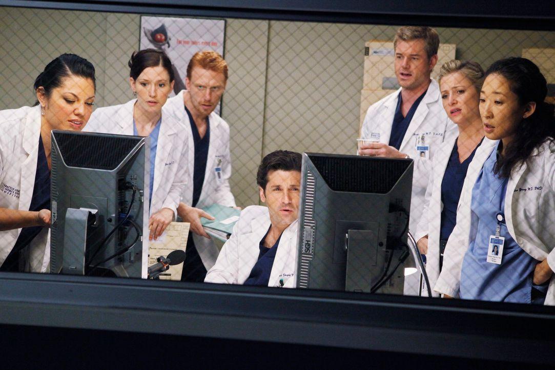 Helfen Derek (Patrick Dempsey, M.), damit er Krankenhauslabortechniker Isaac operieren kann: Callie (Sara Ramirez, l.), Owen (Kevin McKidd, 3.v.l.),... - Bildquelle: Touchstone Television