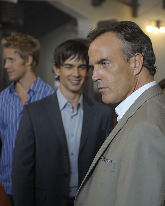 Thomas (Richard Burgi, r.) ist überrascht, dass man den Pfarrer seit einer Woche nicht gesehen hat. Er versucht noch immer die Hochzeit seiner geli... - Bildquelle: 2009 CBS Studios Inc. All Rights Reserved.