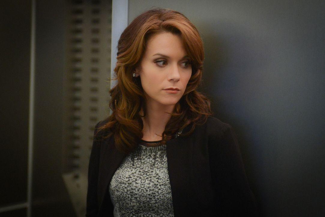 Anna Schaefer (Hilarie Burton) macht Julie darauf aufmerksam, dass Ethan zu einem Problem werden könnte, ohne zu wissen, wie weit der Junge bereits... - Bildquelle: Dale Robinette 2015 CBS Broadcasting Inc. All Rights Reserved.