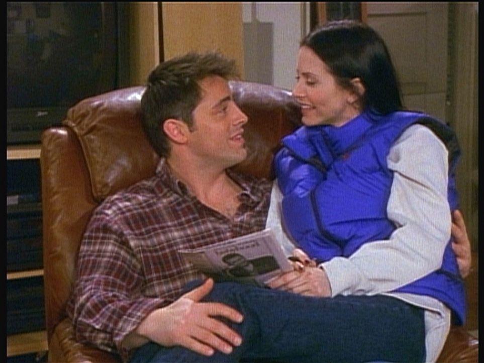 Seit langer Zeit träumt auch Joey (Matt LeBlanc, l.) von einer festen Beziehung. Doch ob Monica (Courteney Cox, r.) die richtige Partnerin wäre ... - Bildquelle: TM+  2000 WARNER BROS.