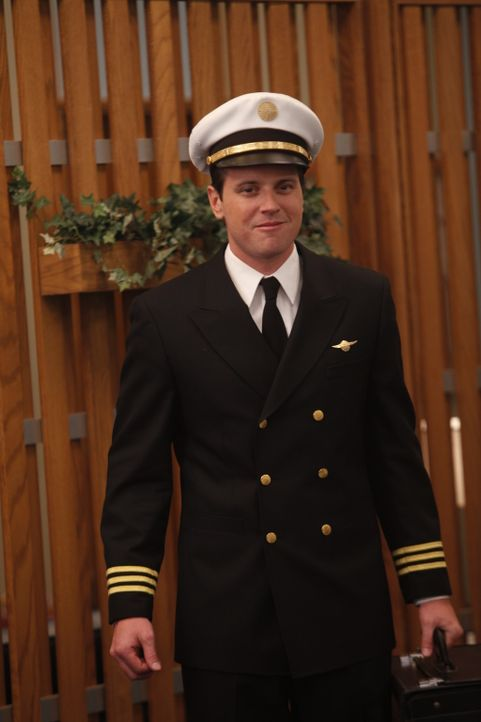 Auf ihren Co-Piloten Ted (Michael Mosley) können sich die Stewardessen immer verlassen ... - Bildquelle: 2011 Sony Pictures Television Inc.  All Rights Reserved.