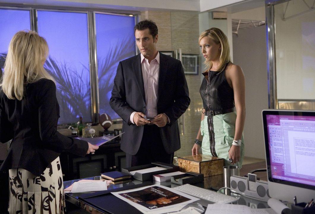 Ihrem Chef Caleb (Victor Webster, M.) konnte Ella (Katie Cassidy, r.) ihre Meinung immer problemlos sagen - doch wie reagiert die oberste Chefin Ama... - Bildquelle: 2009 The CW Network, LLC. All rights reserved.
