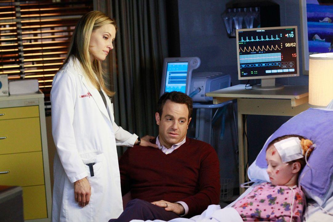 Als Betsey (Hailey Sole, r.) im Krankenhaus erscheint, sind die Charlotte (KaDee Strickland, l.), Cooper (Paul Adelstein, M.) und die restlichen Är... - Bildquelle: ABC Studios