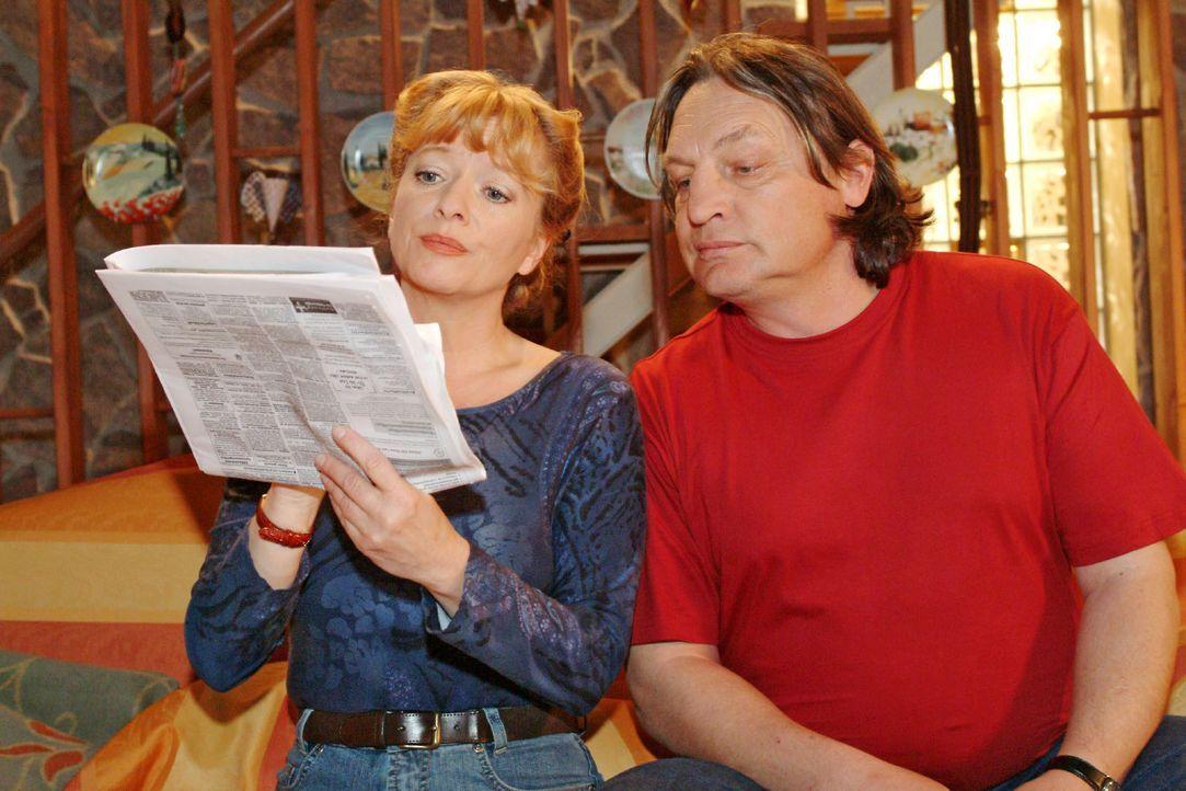 Obwohl Bernd (Volker Herold, r.) der Meinung ist, dass Helga (Ulrike Mai, l.) nicht mehr arbeiten müsste, schaut sie doch nach einer passenden Stell... - Bildquelle: Monika Schürle SAT.1 / Monika Schürle