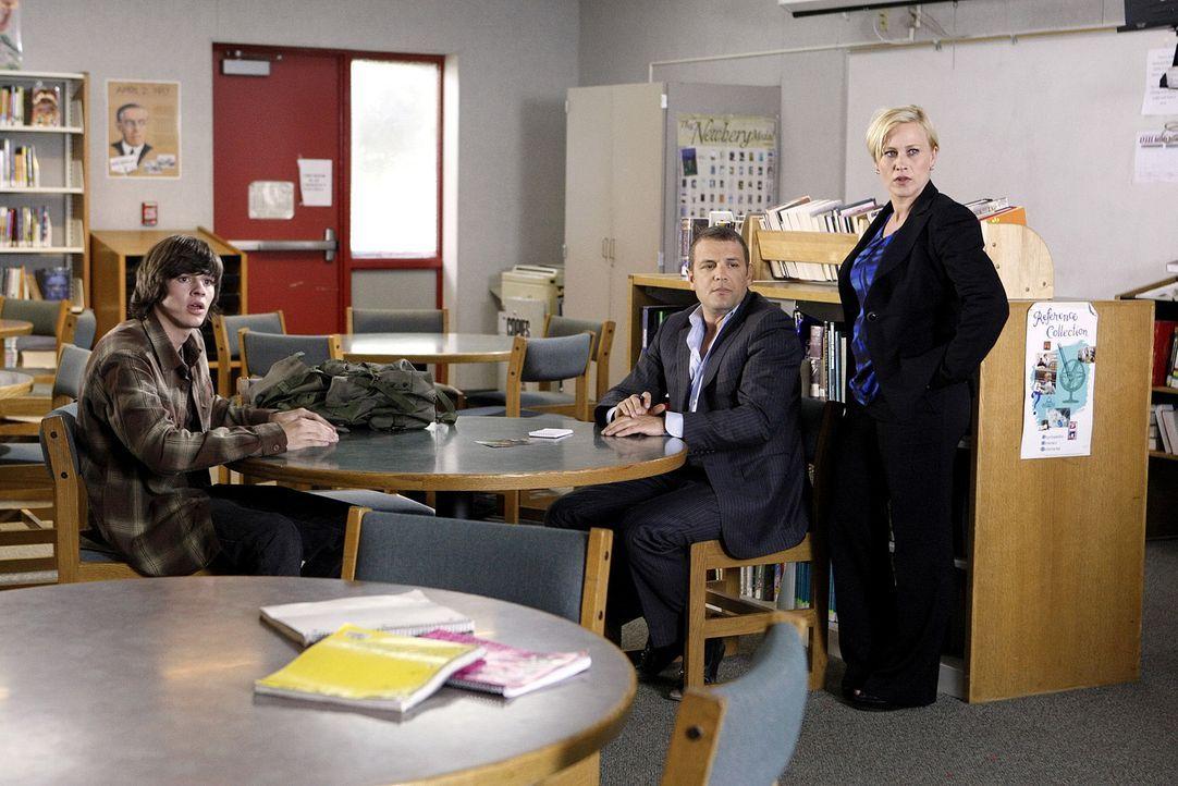 """Hat Kyle """"K.C."""" Covington (Matt Prokop, l.) wirklich etwas mit dem Mord von Earl Sanderson zu tun? Allison (Patricia Arquette, r.) und Detective Lee... - Bildquelle: Paramount Network Television"""